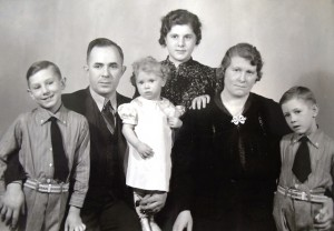 8 William Cassis family (l-r) Bob, William, WHO Georgia, Anna , Thomas, circa 1936