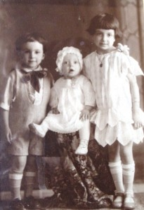 6 Themo, Chris and Vasiliki, 1927