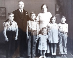 4 Chris Pallis family l-r back Chris and Stamatina  front Tom Nick Greg Mary George circa 1935